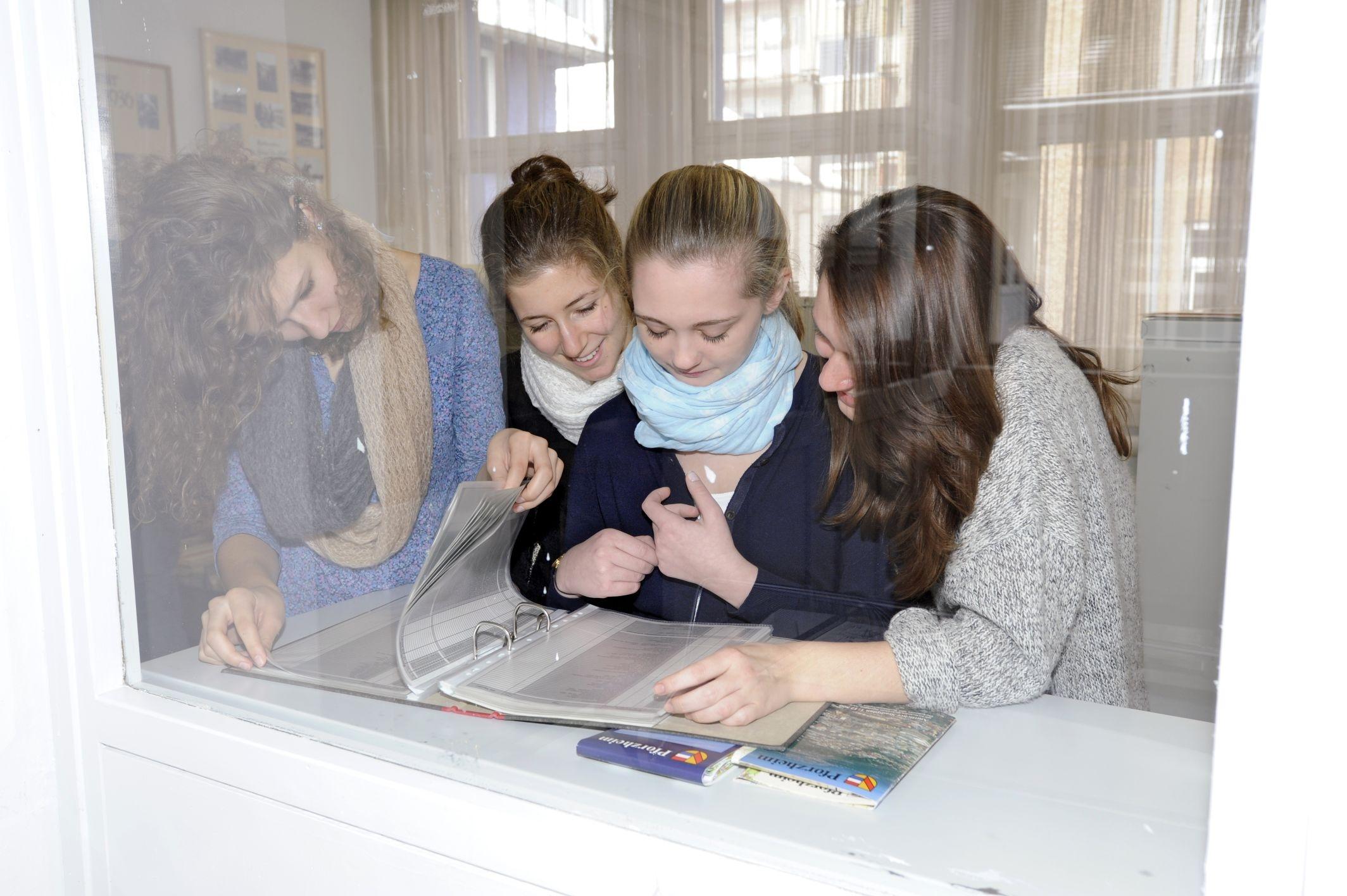 Schüler bei einer Führung durch das Archiv
