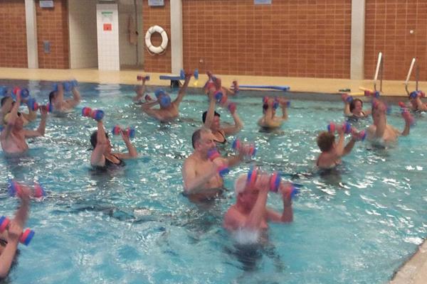 Bild: Wassergymnastik mit Aqua-Hanteln