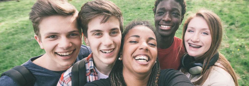 Symbolbild: Junge Erwachsene machen ein Selfie