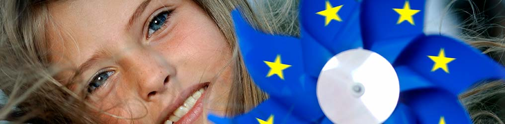 Symbolbild: Kind und Europa-Windrad