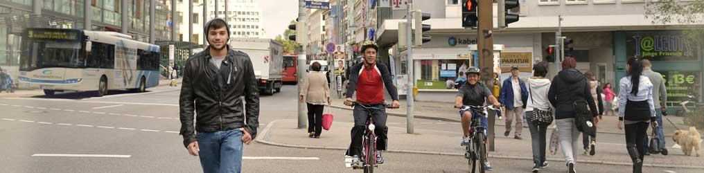 Symbolbild: Headerbild Verkehr und Mobilität (Menschen auf der Kreuzung)