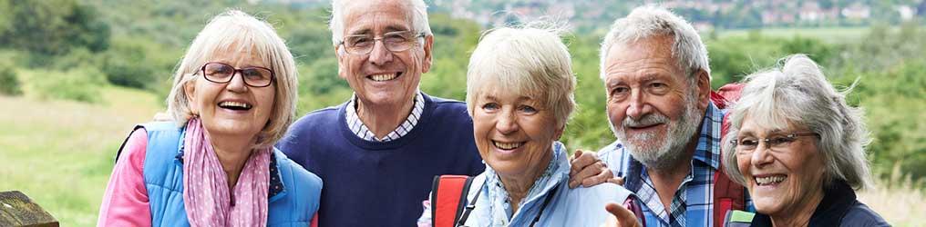 Dieses Bild zeigt Senioren während einer Wanderung