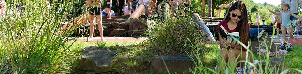 Symbolbild: Freizeitpark Enzauenpark (Menschen auf Wiese)