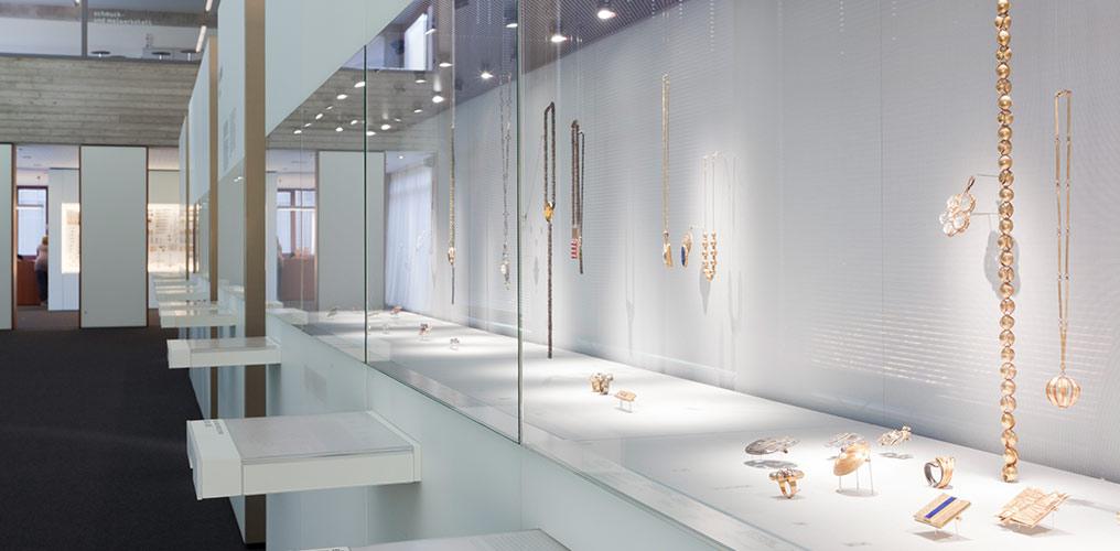 Blick in die moderne Sammlung des Schmuckmuseums - Foto Lunisolar/Fotodesign Friedhelm Rettig