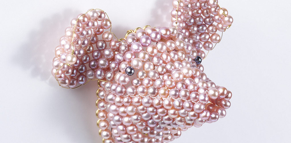 """Pearly pig"" brooch, David Bielander, 2003, photo Rüdiger Flöter"