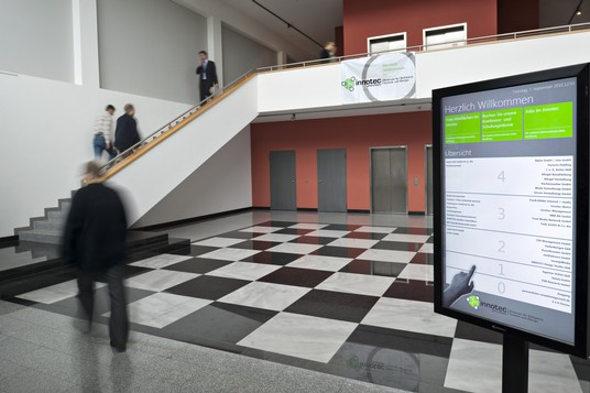 Bild: Eingangsbereich und Touchscreen Monitor Wegweiser