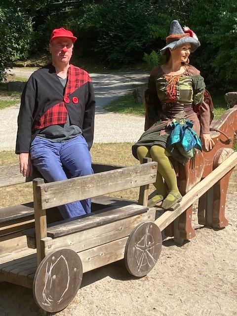 Roger Koch als Herr Powkow und Silke Karl als Holla die Waldfee mit einem Walking Act im Enzauenpark.